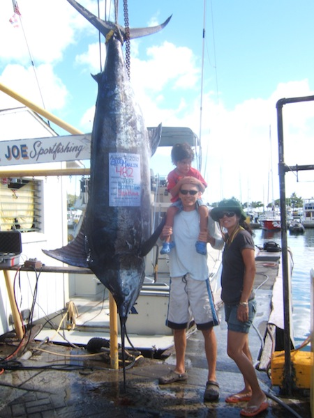 sea-hawk-482-lb-blue-marlin-angler-jeff-wife-satoko-and-son-tom